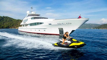 Experience F1 on a luxury yacht © YPI